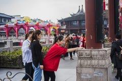 Drie jonge meisjes die selfies met hun mobiele telefoons in de toneelvlek namen stock afbeeldingen