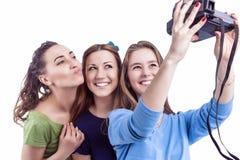 Drie Jonge Positieve Kaukasische Dames die van Smilig Zelfphotogr maken royalty-vrije stock afbeelding