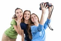 Drie Jonge Positieve Kaukasische Dames die van Smilig Zelfphotogr maken stock fotografie