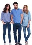 Drie jonge toevallige mensen status Stock Fotografie