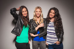 Drie jonge toevallige vrouwen die pret hebben samen stock foto's