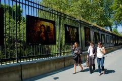 Drie jonge vrouwen die op foto's letten Royalty-vrije Stock Foto