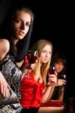Drie jonge vrouwen in een staaf. stock afbeeldingen