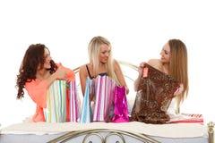 Drie jonge vrouwen met aankopen. Het winkelen. Royalty-vrije Stock Foto
