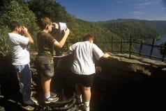 Drie Jongens bij het Park van de Staat van het Havikenpunt overzien op Toneelweg de V.S. Route 60 over de Nieuwe Rivier in Ansted royalty-vrije stock fotografie