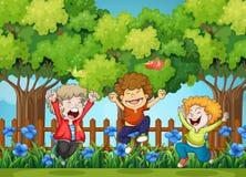 Drie jongens die in het park springen Stock Fotografie