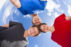 Drie jongens en vriendenstok samen stock afbeeldingen