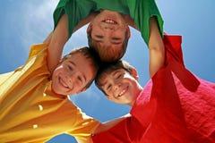 Drie Jongens Huddling stock foto