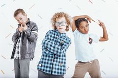 Drie jongens in speelse stemming royalty-vrije stock afbeelding
