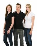 Drie jongeren die lege polooverhemden dragen Stock Foto