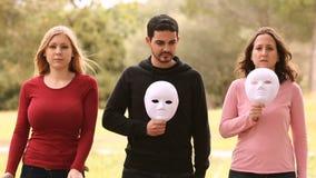 Drie jongeren met masker stock videobeelden