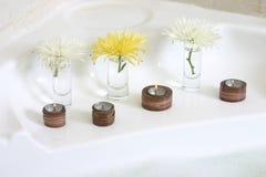 Drie kaarsen en bloemen stock afbeeldingen