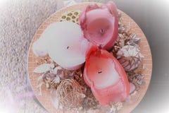 Drie kaarsen op plaat, Kerstmisdecoratie royalty-vrije stock afbeeldingen