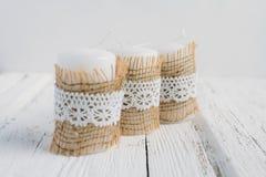 Drie kaarsen op witte lijst Royalty-vrije Stock Fotografie