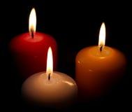 Drie kaarsen op zwarte achtergrond Stock Afbeeldingen