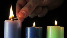 Drie kaarsen op zwarte achtergrond stock footage