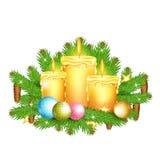 Drie kaarsentribune op sparrentakken Kerstmis glanzend element op wit Stock Foto