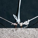 Drie kabels op pijler Stock Foto's