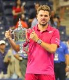 Drie keer Grote Slagkampioen Stanislas Wawrinka van Zwitserland tijdens trofeepresentatie na zijn overwinning bij US Open 2016 Royalty-vrije Stock Afbeelding