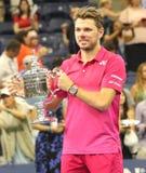 Drie keer Grote Slagkampioen Stanislas Wawrinka van Zwitserland tijdens trofeepresentatie na zijn overwinning bij US Open 2016 Royalty-vrije Stock Foto's