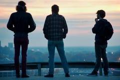 Drie Kerels bij Stedelijke Horizon Royalty-vrije Stock Afbeelding