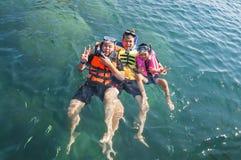 Drie kerels die gelukkig in het overzees drijven royalty-vrije stock fotografie