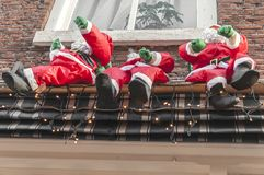 Drie Kerstmanpoppen die op een balkon hangen royalty-vrije stock foto's