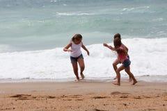 Drie kinderen die bij het strand lopen royalty-vrije stock fotografie