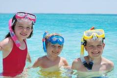 Drie kinderen met snorkelt Royalty-vrije Stock Afbeeldingen