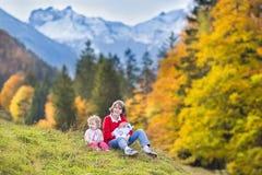Drie kinderen in mooie sneeuw behandelde bergen royalty-vrije stock afbeelding