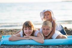 Drie kinderen op het strand stock foto's