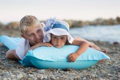 Drie kinderen op het strand royalty-vrije stock afbeelding