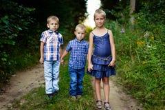 Drie kinderen op weide royalty-vrije stock afbeeldingen