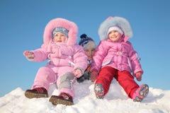Drie kinderen in sneeuw Stock Foto's
