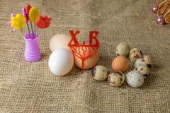 Drie kippeneieren en van kwartelseieren Parelhoenei ligt samen op een houten lijst Royalty-vrije Stock Foto