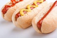 Drie klassieke hotdogs royalty-vrije stock foto's