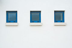 Drie kleine blauwe vensters Stock Foto