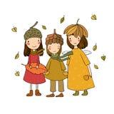 Drie kleine bosfeeën Beeldverhaalelf De prentbriefkaar van de herfst Rood - gele esdoornbladeren en gele aartjes Drie zusters in  royalty-vrije stock afbeelding