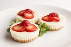 Drie kleine cakes op witte plaat Royalty-vrije Stock Foto's