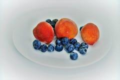 Drie kleine en gezonde perziken van Florida en anti-oxyderende geladen bosbessen stock fotografie