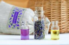 Drie kleine flessen met droge lavendelknoppen, etherische olie en natuurlijk parfum Aromatherapy en kuuroordingrediënten royalty-vrije stock afbeeldingen