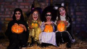 Drie Kleine Heksen en Één Monster het Gillen stock videobeelden
