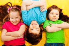 Kleine kinderen die samen op de vloer leggen Royalty-vrije Stock Foto's