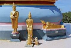 Drie kleine standbeelden van Boedha bij de basis van een stupa, Samui, Thailand Stock Foto's
