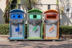 Drie-kleur afvalbak in openbare ruimten wordt gevestigd die royalty-vrije stock foto