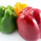 Drie kleuren vers capsicum op wit Royalty-vrije Stock Foto's