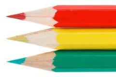 Drie kleurenpotloden een verkeerslichtconcept op witte achtergrond Royalty-vrije Stock Fotografie