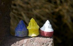 Drie kleurrijk Mini Stupas Royalty-vrije Stock Foto