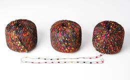 Drie kleurrijke garenballen - rood Stock Afbeelding