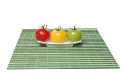 Drie kleurrijke organische tomaten Stock Afbeeldingen